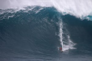 """Image: Aaron Lynton / Pe'ahi """"Jaws"""" 11.8.16"""