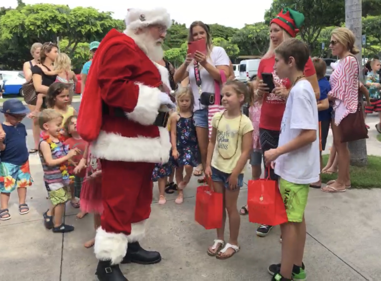 Santa Arrival Kicks Off The Holiday Season at The Shops at Wailea