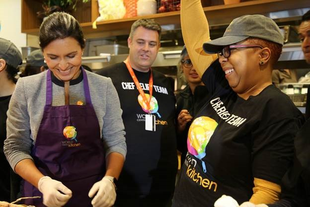 Rep. Tulsi Gabbard Serves Meals to Federal Employees