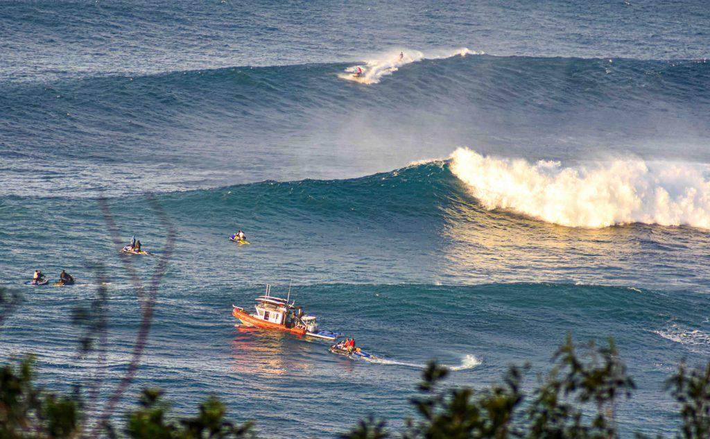 הענק מהוואי קם לתחייה: כשג'ואס מרים, הגולשים חוגגים